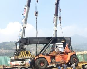 马尾港务局大型机械装车